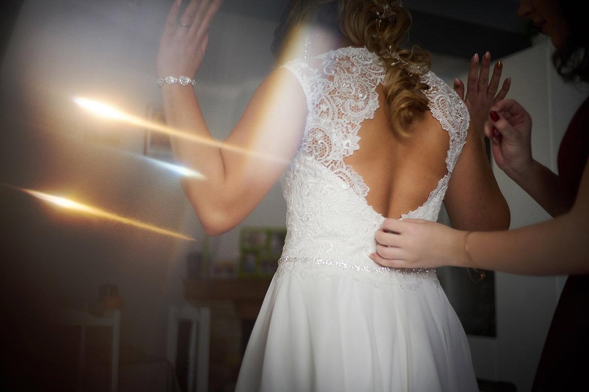 Fotograf Rzeszów Przygotowania Pani młodej zapinanie sukni