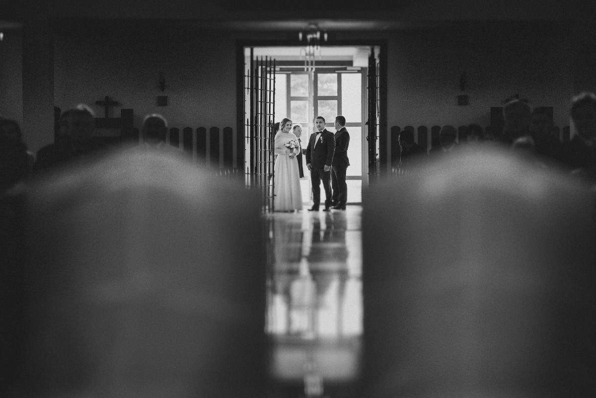 Fotograf Rzeszów reportaż ślubny tuż przed mszą świętą