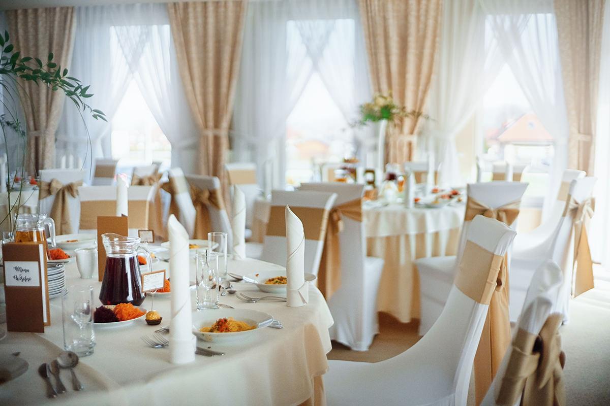 Reportaż ślubny Rzeszów Hibiskus Fotograf Rzeszów wesele w restauracji hibiskus wystrój sali