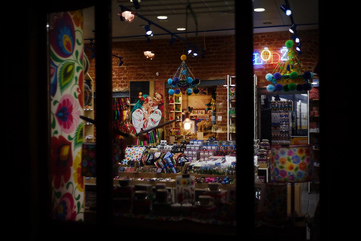 Łódź nocą - sklep z cepelią