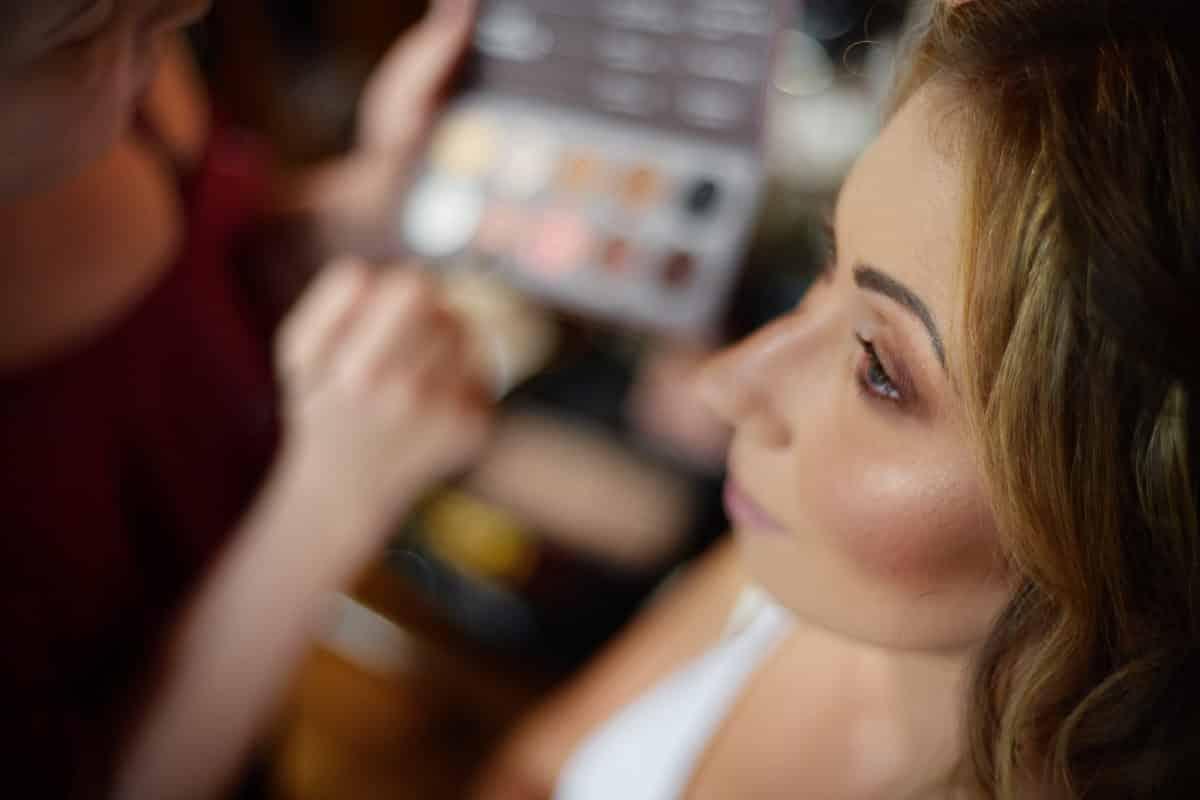pani młoda podczas makijażu w krakowie