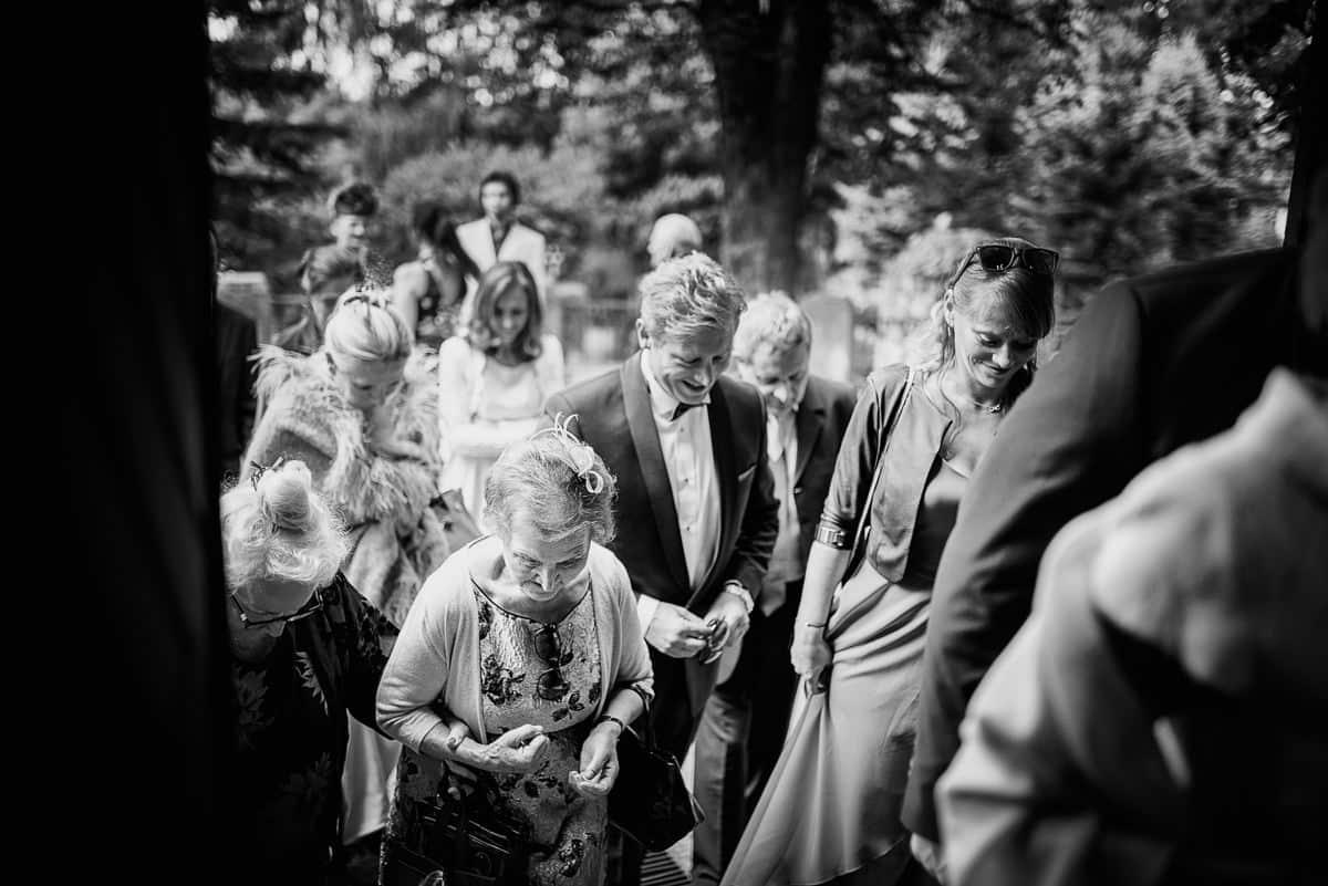 goście wchodzący do kościoła