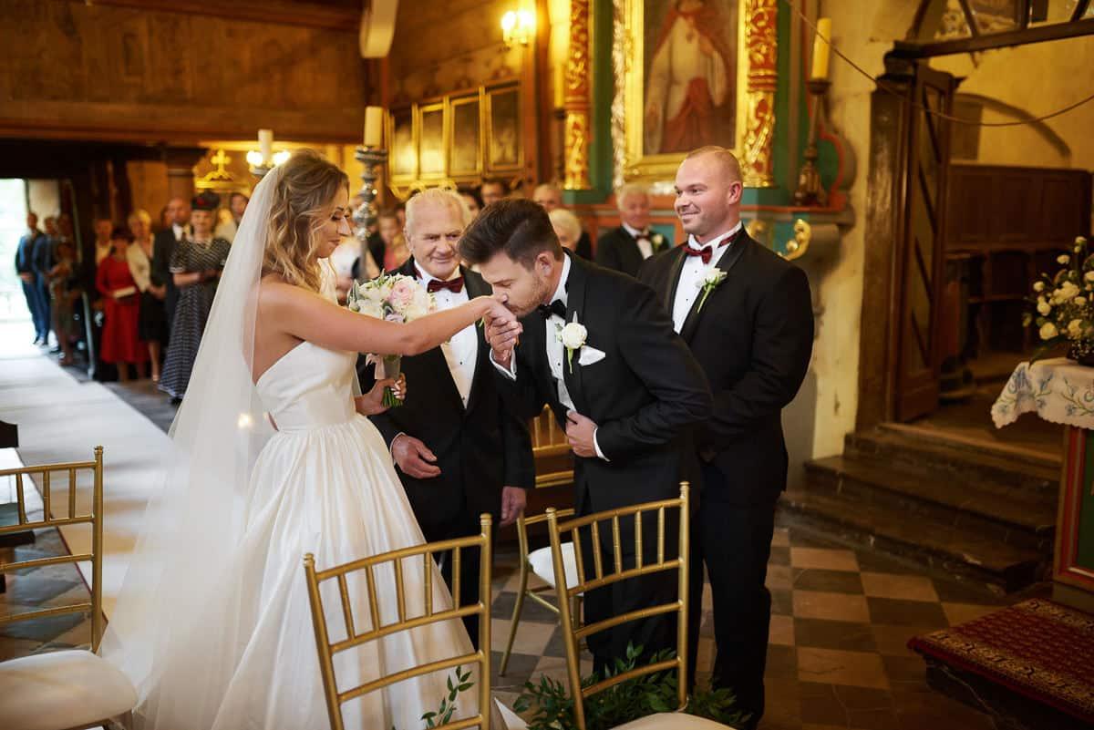 całowanie w dłonie na ślubie