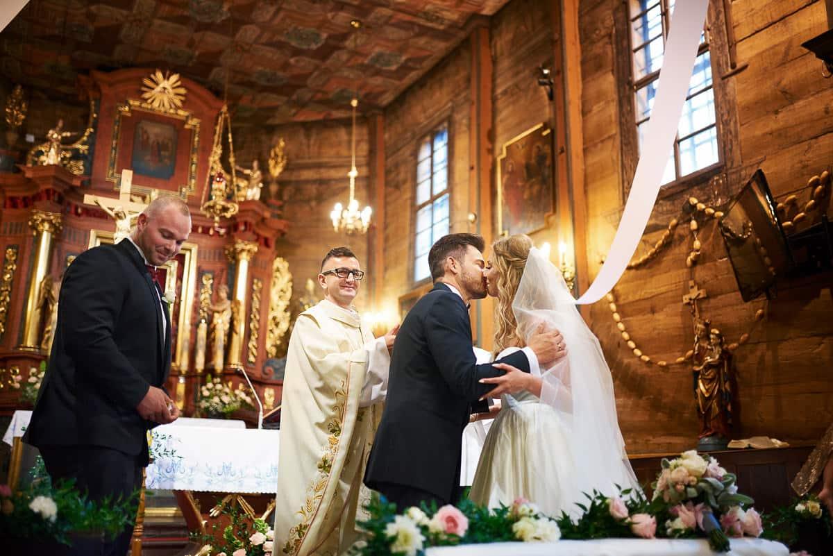 pocałunek podczas ceremonii ślubnej
