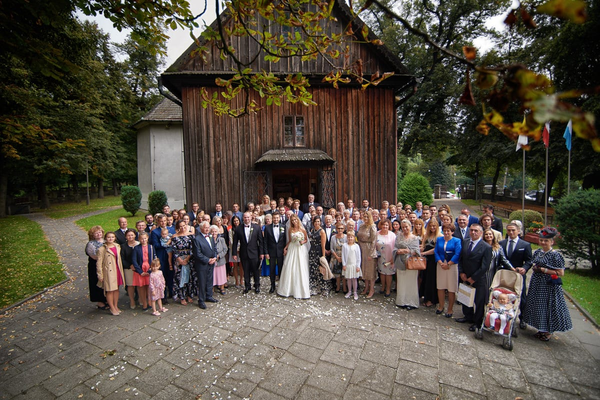 zdjęcie grupowe po ślubie przed kościołem