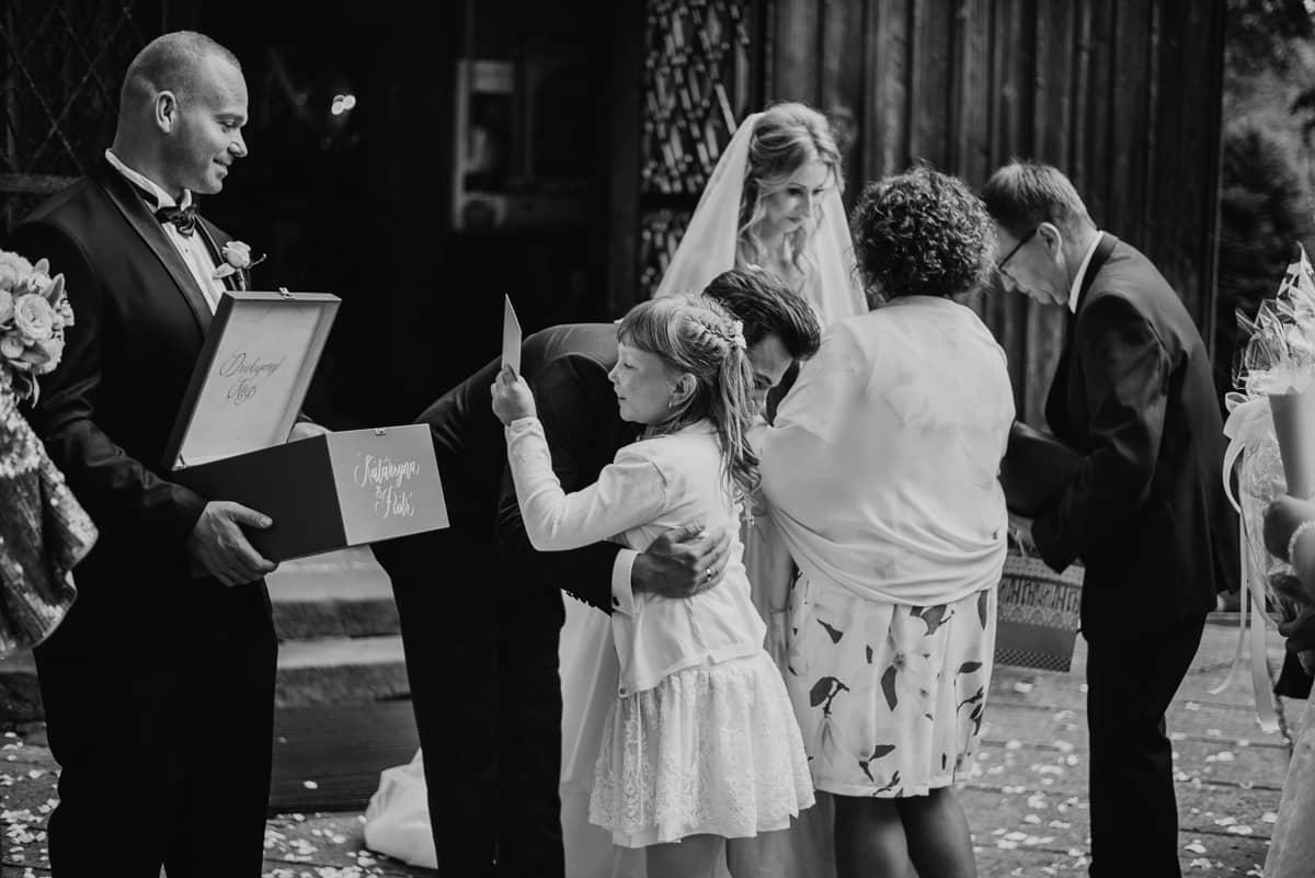 życzenia dla pary młodej przed kościołem