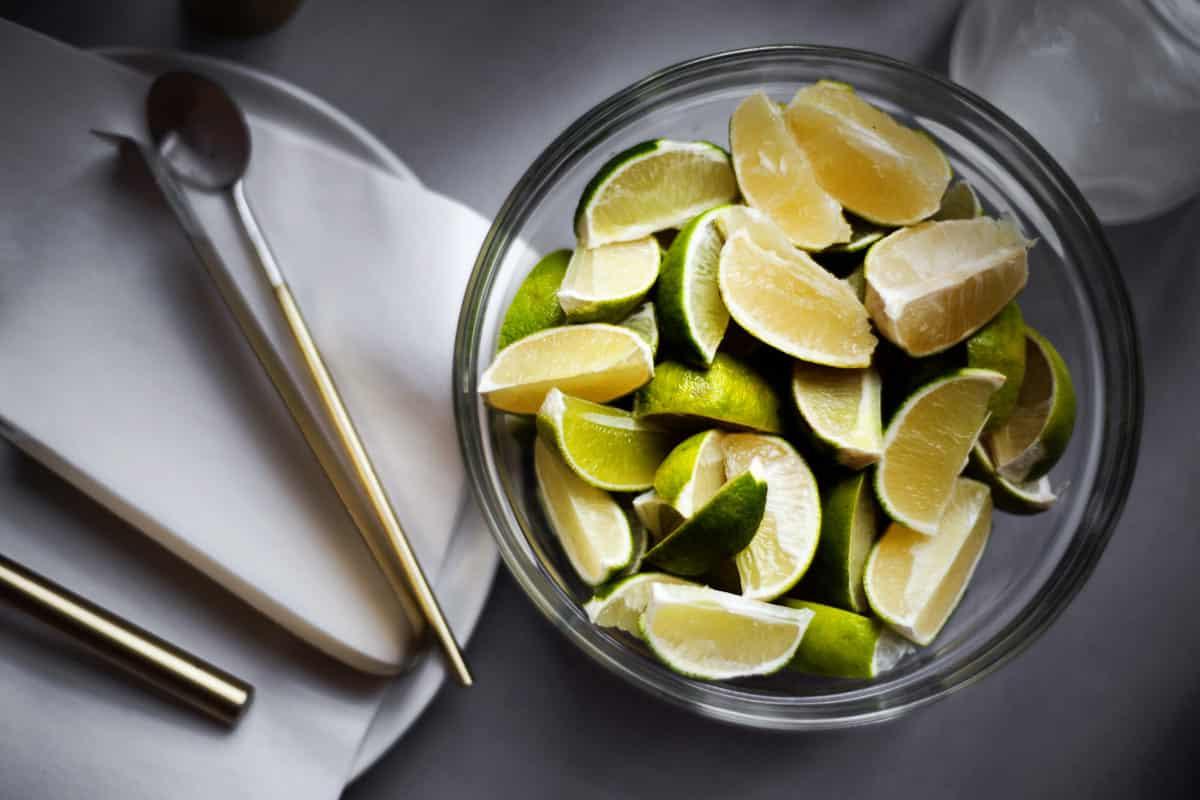 dodatki w postaci pokrojonych limonek
