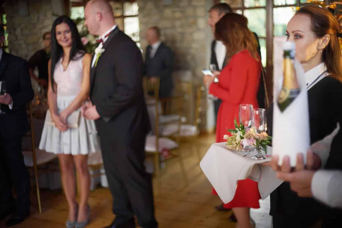 przywitanie pary młodej szampanem