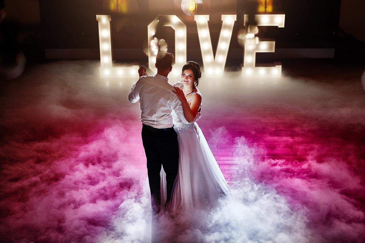 taniec pary młodej - ciezki dym na weselu w Dworze w Brzeznej