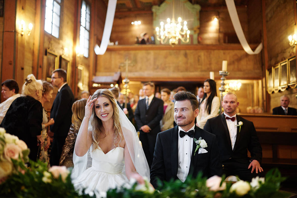 Uśmiechnięta para ślubna w kościele pod krakowem