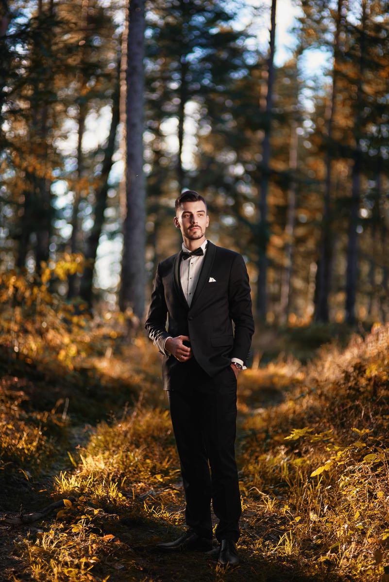 portret pana młodego w lesie
