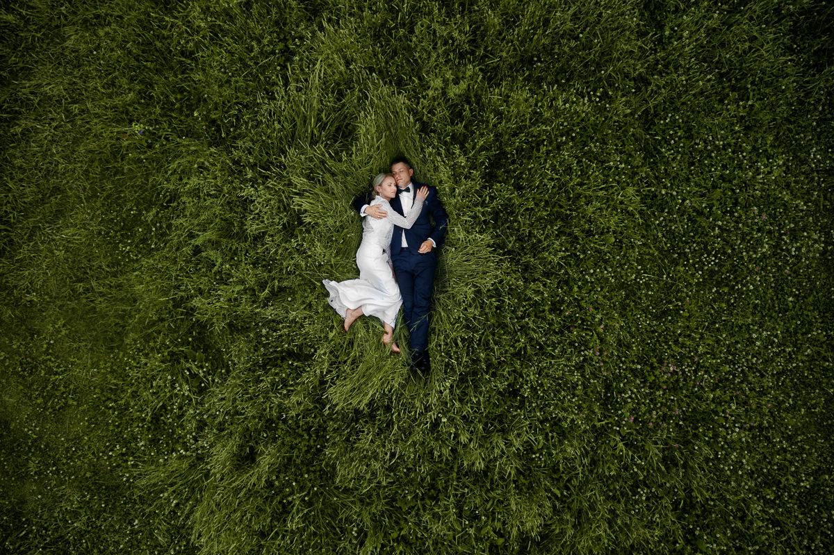 zdjęcie z drona podczas pleneru ślubnego