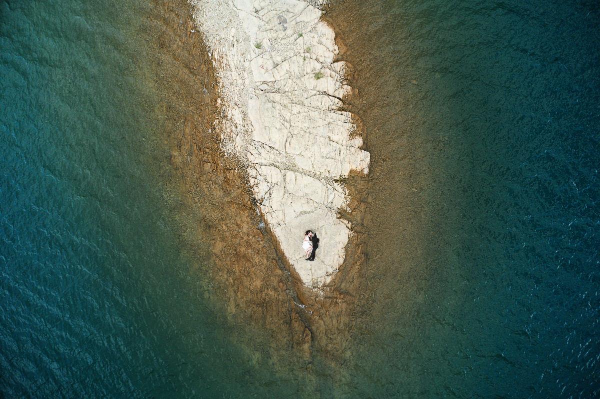 skalny cypel na jeziorze solińskim