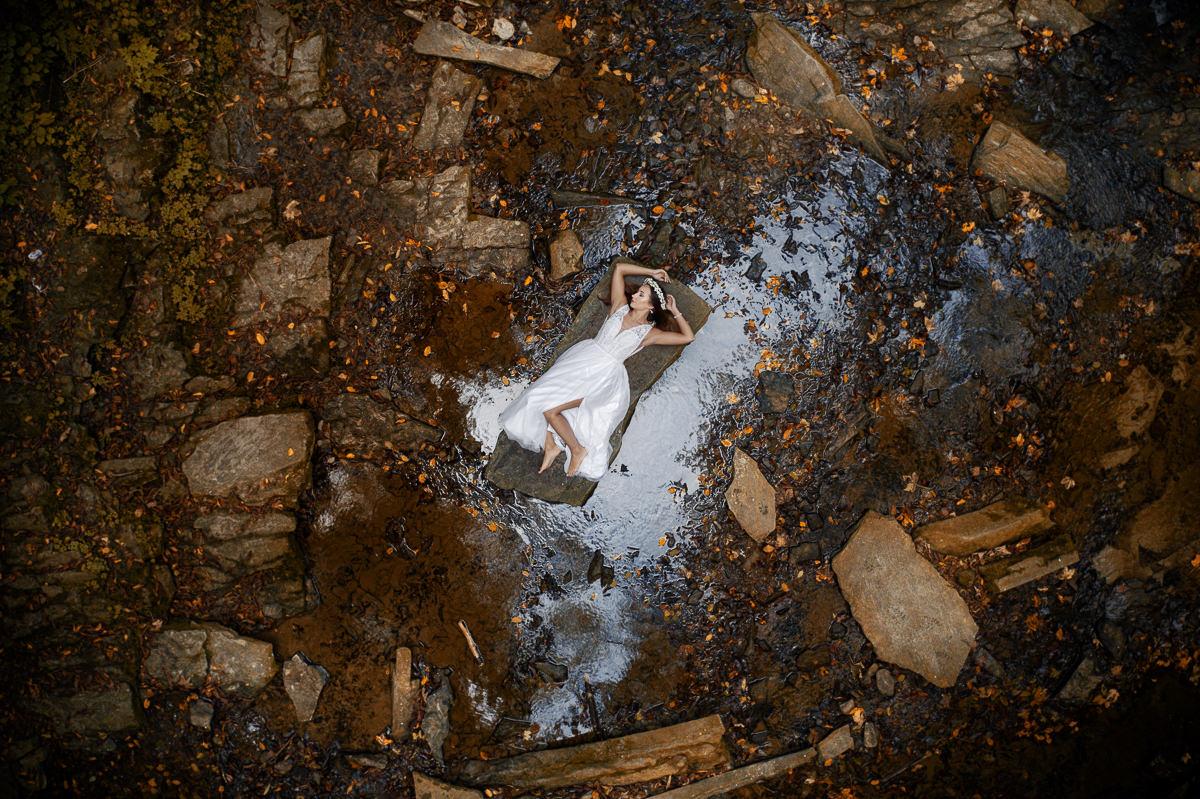 zdjęcie z drona dziewczyny w rzece