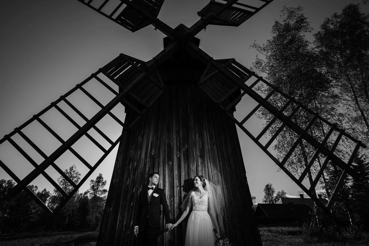 stary drewniany wiatrak sesja plenerowa