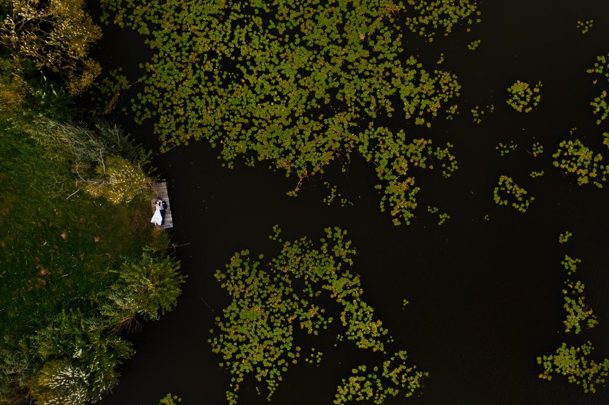 zdjęcia nad jeziorem z lotu ptaka