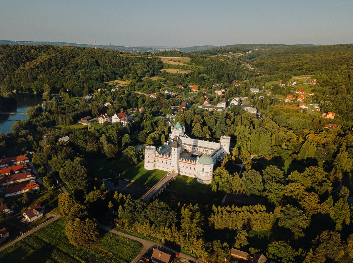 widok z lotu ptaka na zamek w krasiczynie