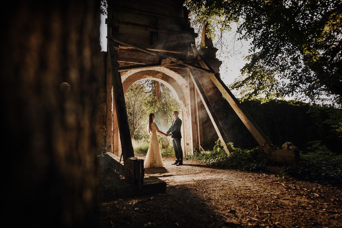 brama w parku w krasiczynie na końcu alejki