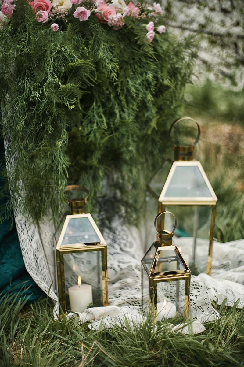 lampiony na stylizowanej sesji ślubnej