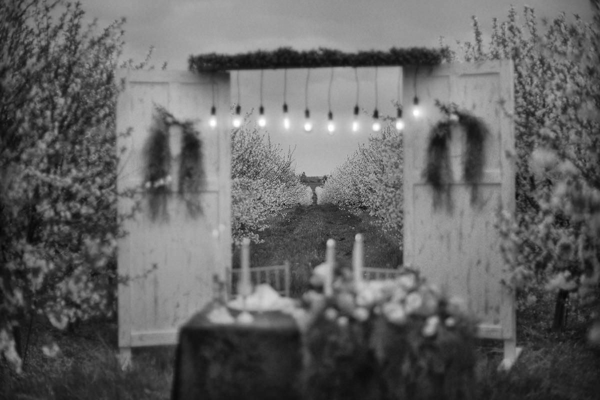 stylizacja wiosenna do sesji ślubnej w sadzie