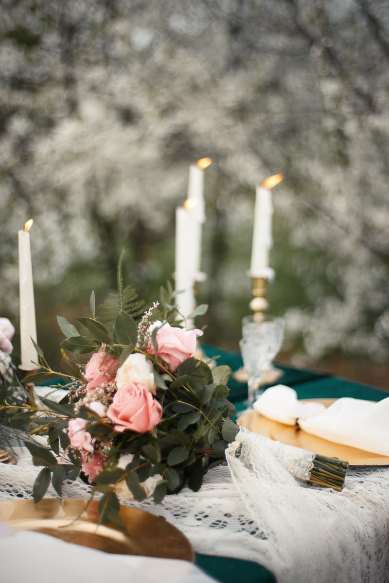 bukiet ślubny w stylizowanej sesji fotograficznej