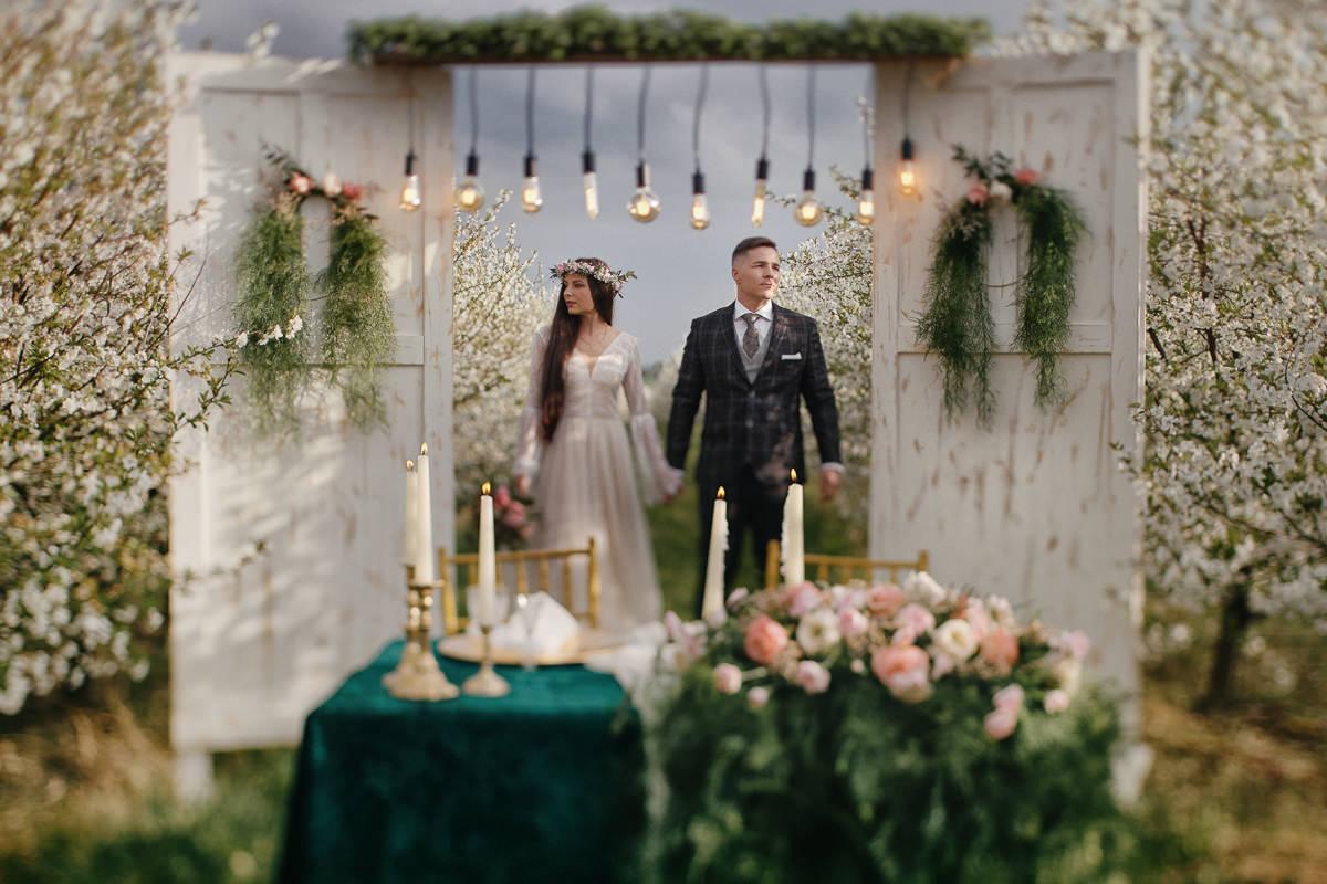 stylizowana sesja ślubna w sadzie