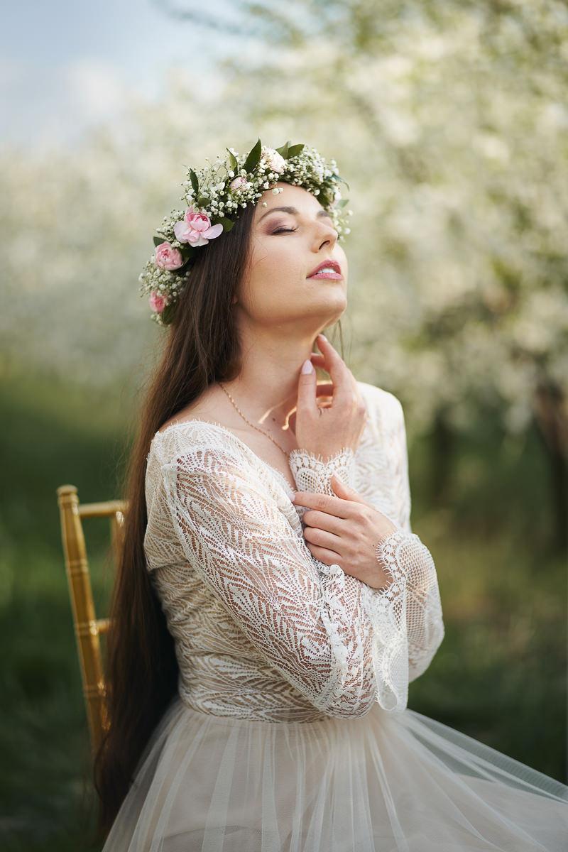 wiosenna sesja ślubna w sadzie