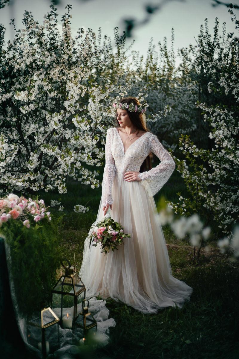 boho suknia panny młodej podczas wiosennej sesji stylizowanej