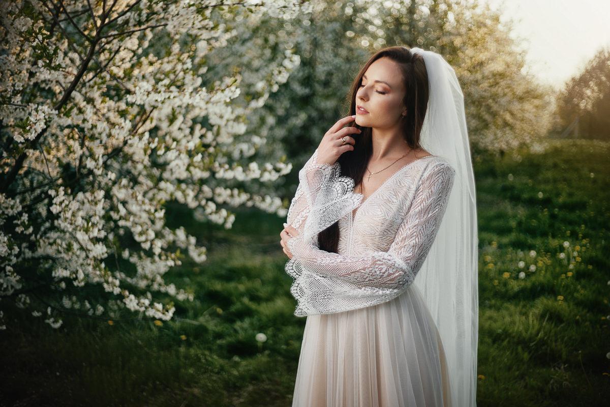 ślubna sesja w sadzie