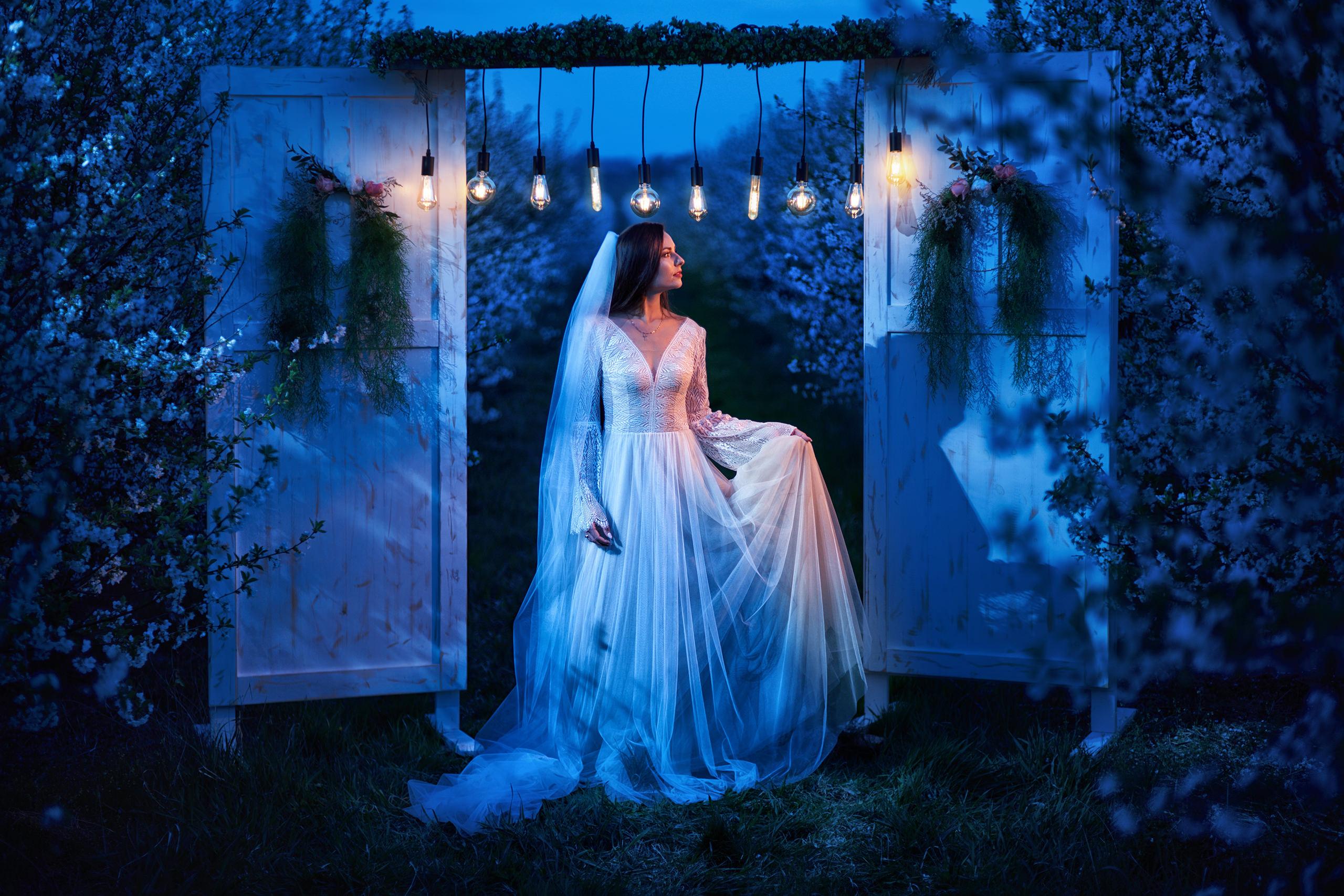 pani młoda na wieczornej ślubnej stylizowanej sesji w sadzie