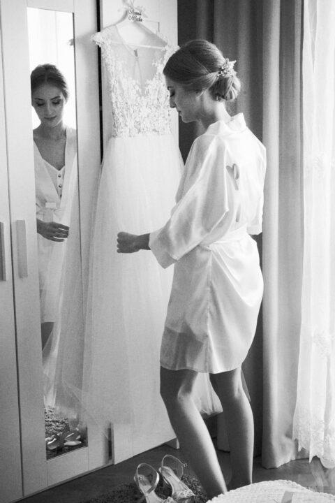 panna młoda podczas mierzenia sukni