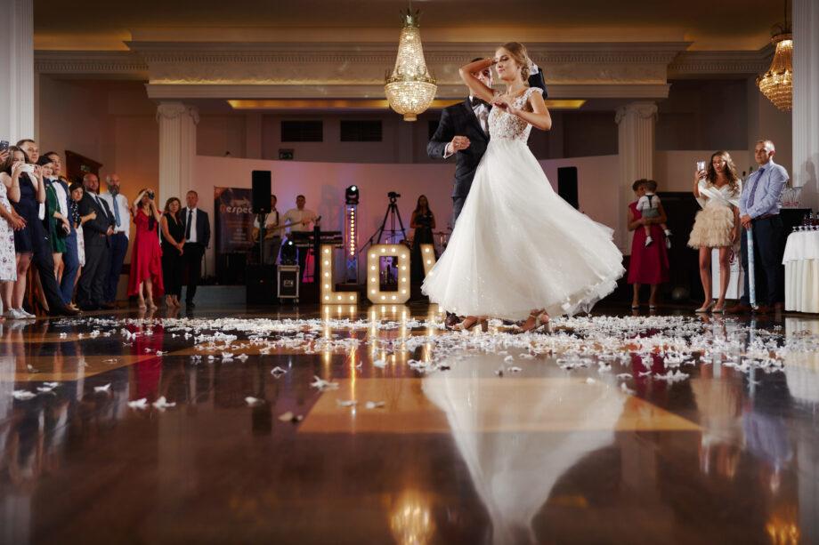 pierwszy taniec w sali weselnej w łańcucie